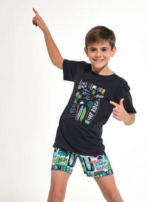 Pijama para menino Surfer com t-shirt de manga curta azul-marinho, e é completada por coloridos calções